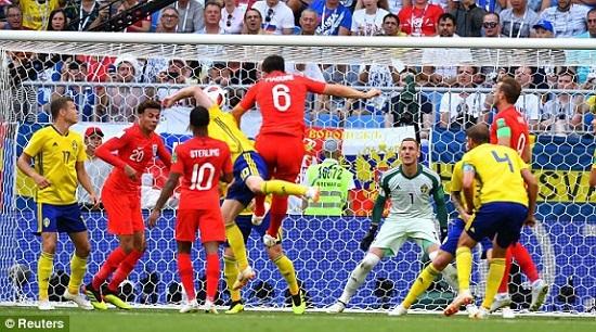 """Một tình huống """"không chiến"""" trong trận đấu giữa Anh và Thụy Điển."""